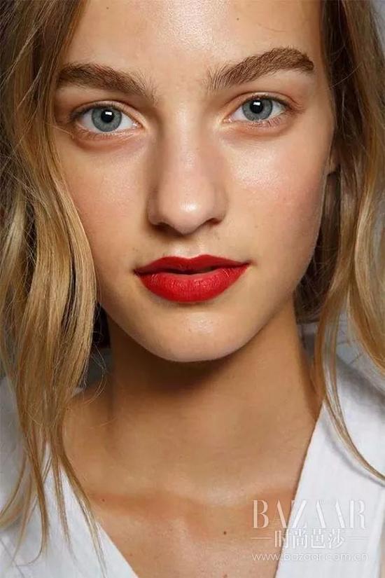 你的红唇太简单了 现在流行唐嫣的亲吻红唇妆