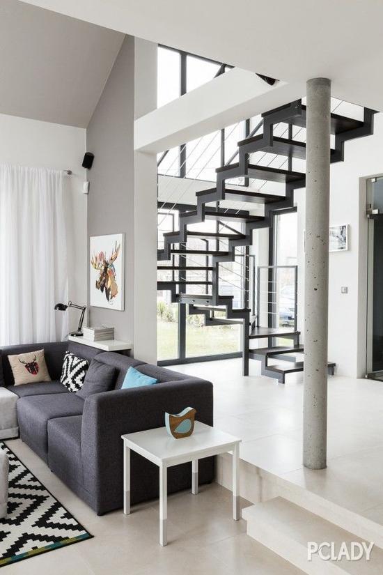 整个别墅都采用了白色的墙面,配上黑色的窗框,简洁利落又不失精致。