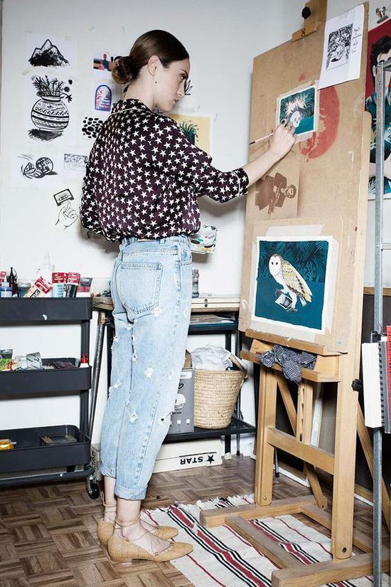 画画的女人 图片来源自ShopStyle