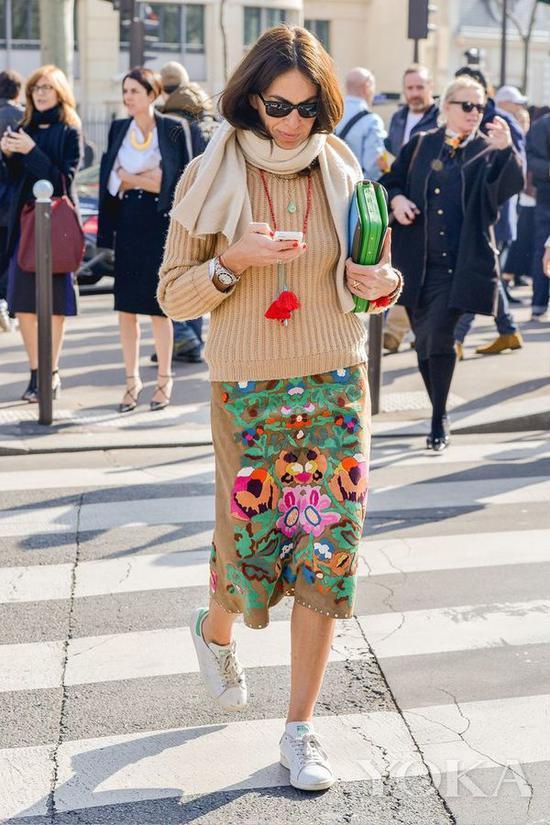 鲜艳毛衣链搭配裸色毛衣,图片来自Pinterest。