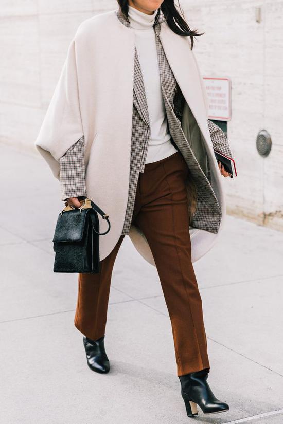 三月正是天气还没热起来的时候,一件高领衫加西装的组合是最安全的