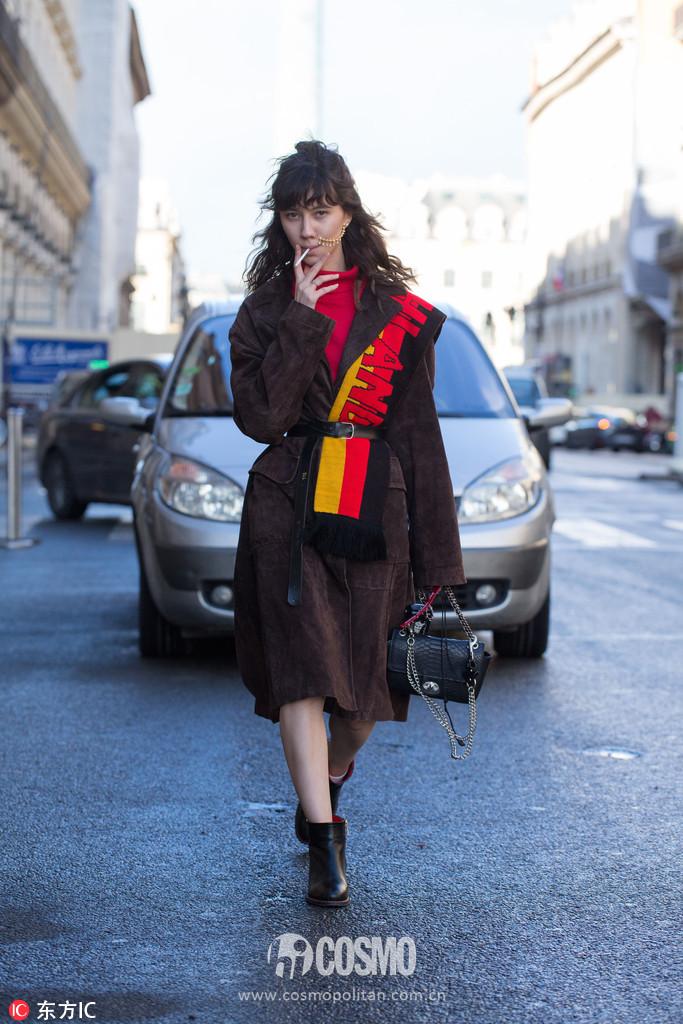你和时髦之间只差一条印字围巾的距离