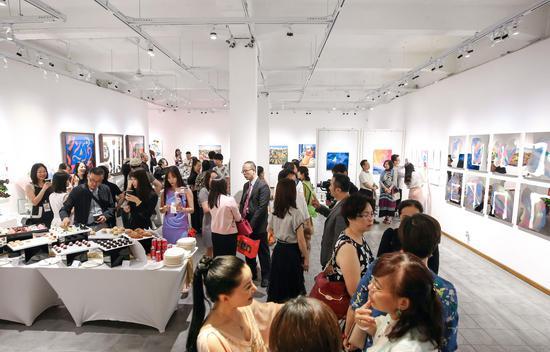 《明镜·印象》系列在上海举行双展,在Gensler上海总部外,也同步在普陀区M50艺术区'香华天新艺境?宝胜画廊'展览