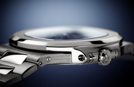 得益于Caliber240机芯和超薄万年历模块的应用,5740G是目前百达翡丽最薄的万年历腕表。