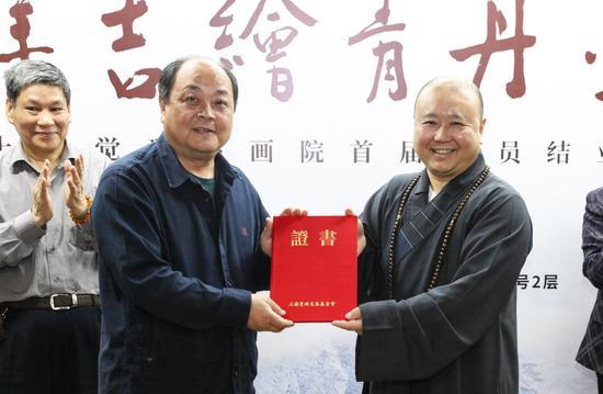 乐院长向上海觉群文教基金会捐赠善款30万元人民币,上海觉群文教基金会理事长觉醒法师为其颁发捐赠功德证书。