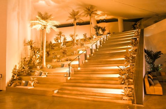 派对现场特别打造黄金海岸阶梯,营造Sunny Side of Life的热情与自由氛围