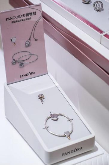 Pandora Café 提供指定商品刻字服务