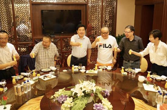 迎驾集团总裁倪永培(左三)出席晚宴