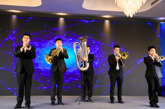 短片中的男孩们在曹家祖孙三代的培养下,如今已成长为专业的乐队演奏者;