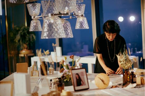 Hitomi于现场展示TSL | 謝瑞麟 KUHASHI 细萃系列产品