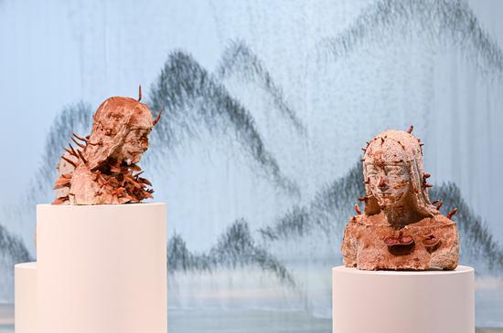 """上海""""爱马仕之家""""《梦之秘境》艺术展——雕塑《灵芝女孩》以灵芝为素材,重现了人类与自然之间的某种平衡,同时也体现了环境的可持续发展在当代艺术创作中所扮演的重要角色。"""
