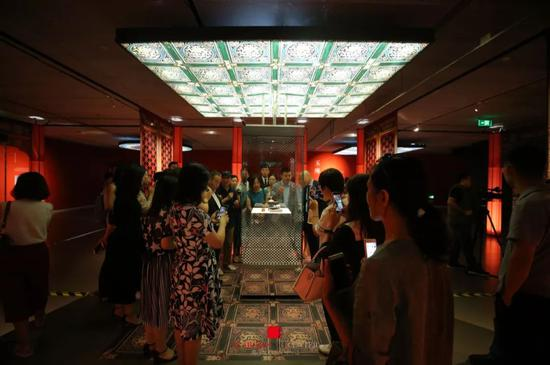 故宫博物院器物部副研究馆员刘岳为现场媒体和嘉宾进行导览