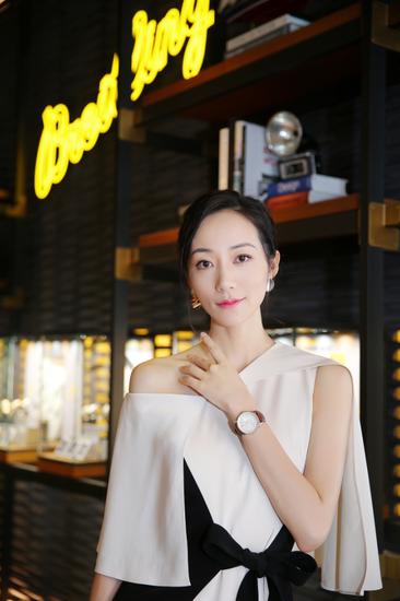 著名演员、歌手韩雪佩戴航空计时1自动机械腕表38出席百年灵王府中环旗舰店开幕活动