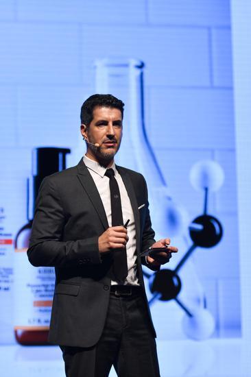 欧莱雅中国研发与创新中心护肤品实验室总经理 David AMAR为来宾介绍科颜氏12.5%高浓维C精华的革命性突破 (2)