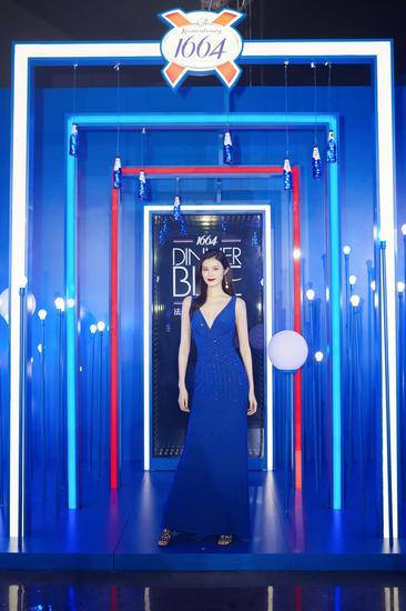 品牌好友何穗身着飘逸蓝色长裙出席,展现了她的法式优雅态度