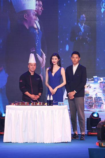 何穗(中)、孙赛赛(右一)与Master Lee(左一)共同完成最后一道甜品