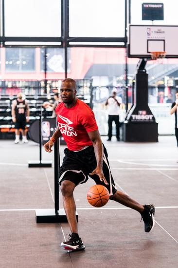 NBA名宿杰梅因・奥尼尔现场传授篮球技巧