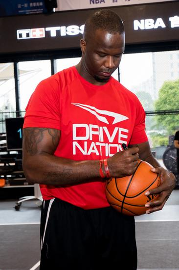 NBA名宿杰梅因・奥尼尔将签名篮球赠予现场MVP