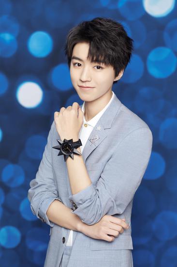 斯沃琪全球形象代言人王俊凯佩戴有星星表头装饰配件的