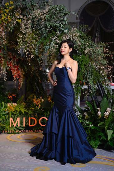 陈妍希以一袭淡蓝色礼服搭配瑞士美度表花淅系列水湖蓝款长动能珍珠贝母女士腕表