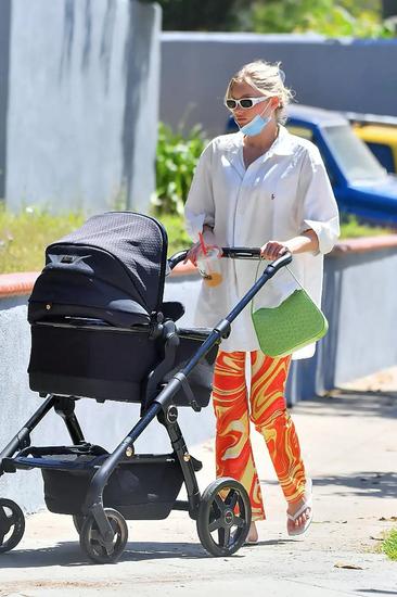 当地时间5月10日,Elsa Hosk带女儿一起现身洛杉矶