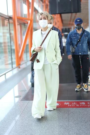 5月10日,宁静现身北京机场