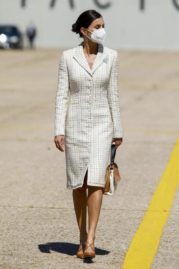 当地时间5月7日,西班牙王后莱蒂齐亚现身阅兵式