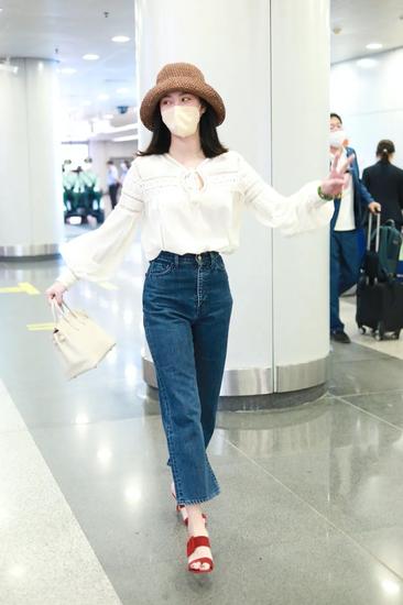 5月13日,杨采钰现身北京机场
