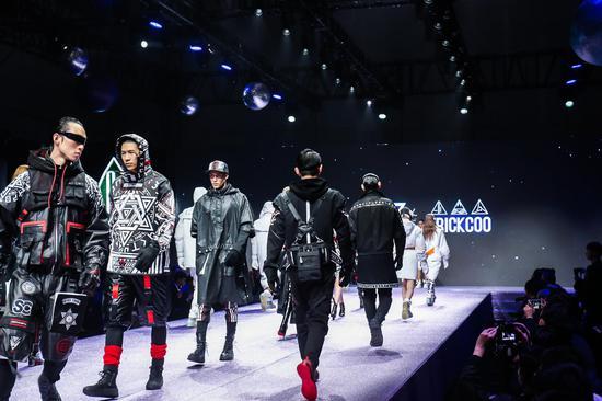 7Crash打造体现科技、智创主旨的未来风秀服