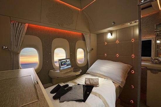 阿联酋航空也用氛围灯营造豪华的头等舱乘机环境
