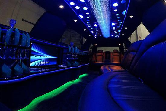 氛围灯也适用于凸显私人定制的加长轿车和乘用车里