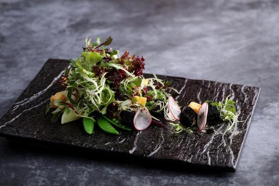 春季蔬菜沙拉配荞麦面包丁及竹炭豆腐