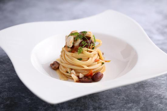 意式扁面配烩石斑鱼酱及小番茄和橄榄