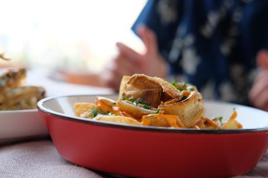 西班牙炸猪耳朵配辣味马铃薯