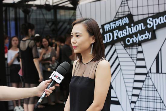 京东时尚事业部市场营销部总经理罗佳接受央视采访