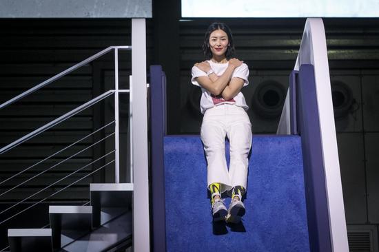"""刘雯从6米高的滑梯上""""勇敢放手""""惊艳亮相"""