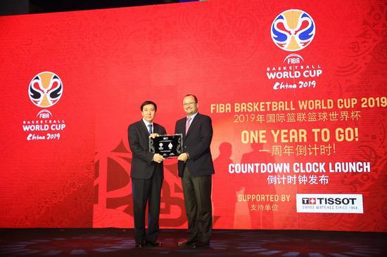 国际篮联秘书长Patrick Baumann先生向北京赛区组委会常务执行主席、北京市副市长张建东先生颁发赛事牌匾