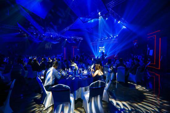 上百位来宾步入1664打造的蓝色空间,感受法式晚餐美学,尽享法式风情
