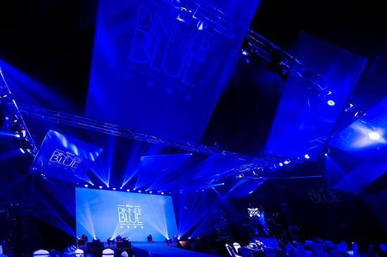 """以""""1664蓝""""为灵感,法蓝晚宴现场被打造成一个多层次的蓝色艺术空间"""
