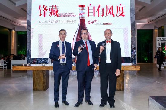 从左到右:澳大利亚驻华公使董正德(Gerald Thomson)先生、富邑葡萄酒集团亚洲、中东、非洲及全球旅游零售董事总经理狄胜(Peter Dixon)先生,Penfolds奔富全球加强型酒和烈酒酿酒师詹姆斯?戈弗雷(James Godfrey)先生
