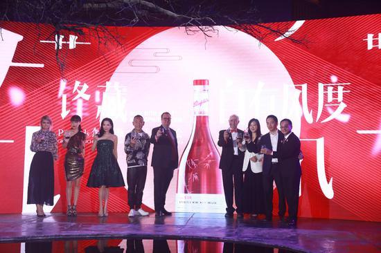 嘉宾林保怡、郭羡妮、黄龄与TWE高层共同庆祝Penfolds奔富特瓶518上市
