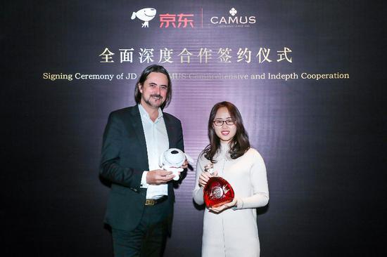 西里尔•卡慕先生与吴双喜女士互赠代表品牌精神礼物