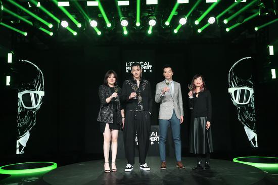 从左至右:巴黎欧莱雅个人护理品类品牌总经理张莉敏女士、欧莱雅男士代言人吴亦凡、天猫大快消大客户部总监谦翌先生、巴黎欧莱雅亚太区市场总经理Emi KAWAGUCHI女士
