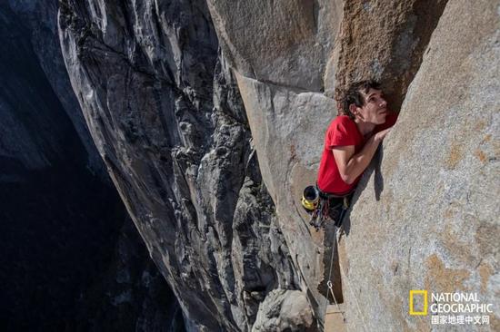 ▲ 身上系着绳索的Alex在练习攀爬酋长岩