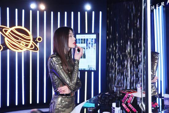 HERA品牌全线代言人全智贤小姐在黑闪店内