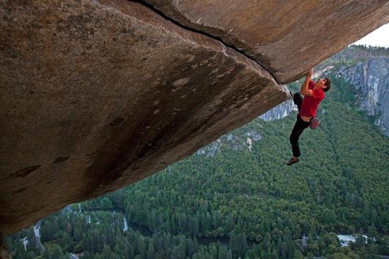 ▲ Alex Honnold选择的都是这样高难度的岩壁,本图摄影@Jimmy Chin