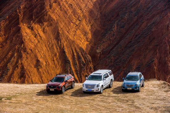 """2018年,凯迪拉克全系SUV组成的公益车队在G7公路沿线亲手栽种树苗,""""筑""""力植树驭沙"""