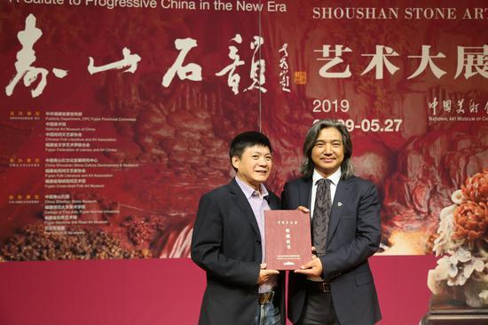 吴为山馆长为中国工艺美术大师陈益晶颁发收藏证书