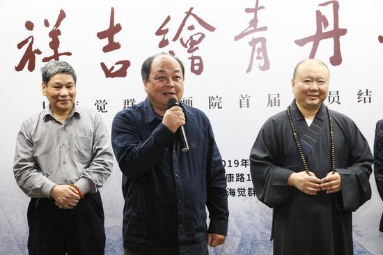 开幕式现场上海觉群书画院院长乐震文老师首先上台致辞