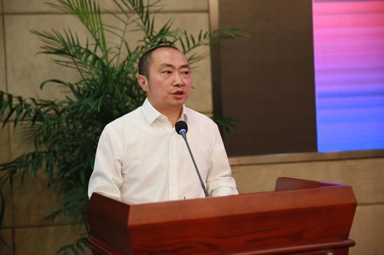 上海工藝美術職業學院副院長、工藝美術研究中心主任、手工藝術學院院長唐廷強主持論壇